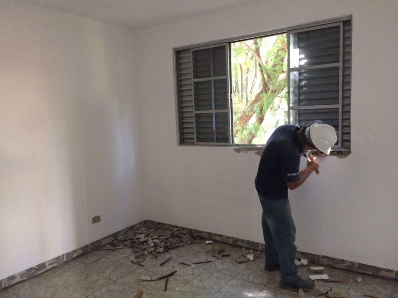 Processo de remoção das janelas antigas.